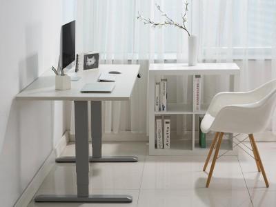 Računalniška miza v prostoru